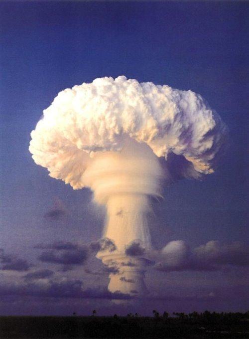 gambar ledakan nuklir [roghuzshy.wordpress.com]