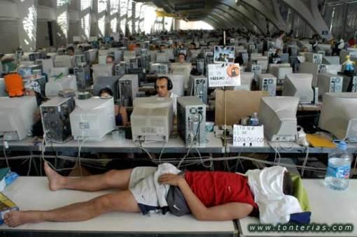 Warnet Dengan 3000 Unit Komputer