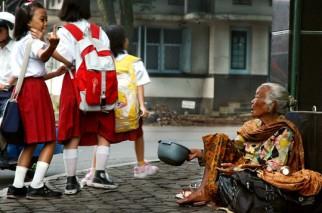 Di Indonesia. Seorang pengemis dilecehkan oleh pelajar