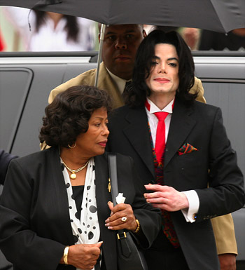 Michael Jackson arrives with his mother, Katherine Jackson (L),